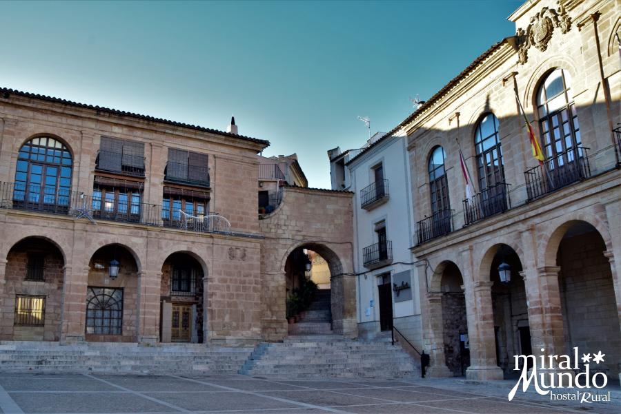 Alcaraz-plaza-mayor-calle-zapateria-Miralmundo