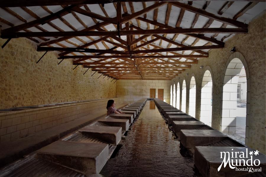 Elche-de-la-Sierra-lavadero-publico-interior-Miralmundo